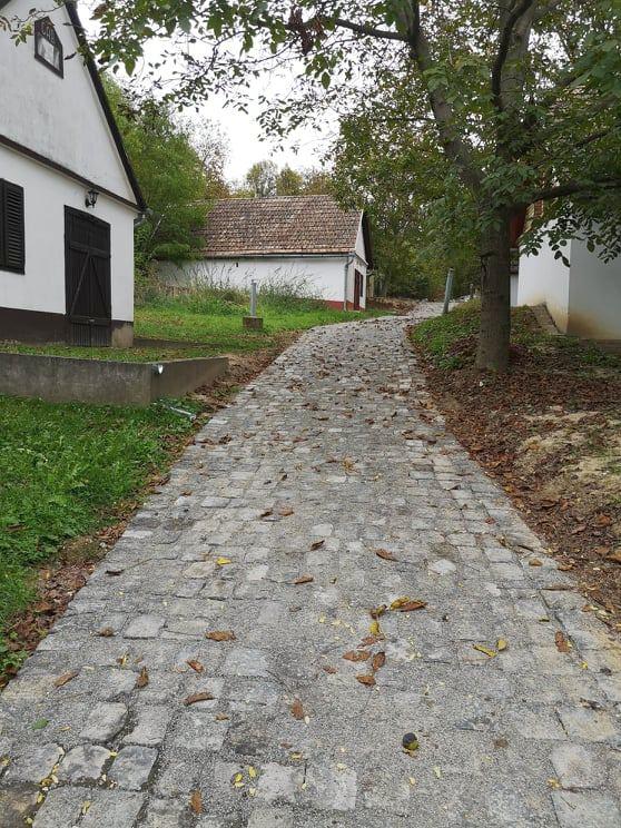 Fotó1_Immár bazaltköves út vezet fel a pincék között