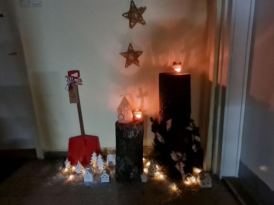 Helyi hagyomány a fatörzs karácsonykor a lépcsőházban